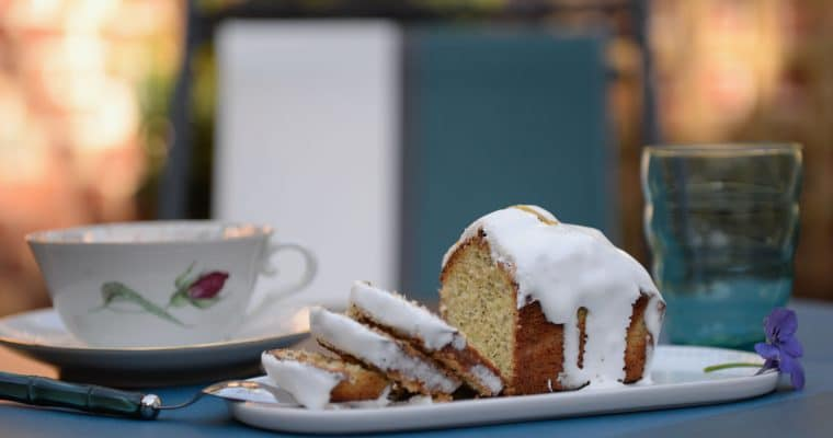 LEMON AND POPPY SEED CAKE WITH ITS ROYAL ICING